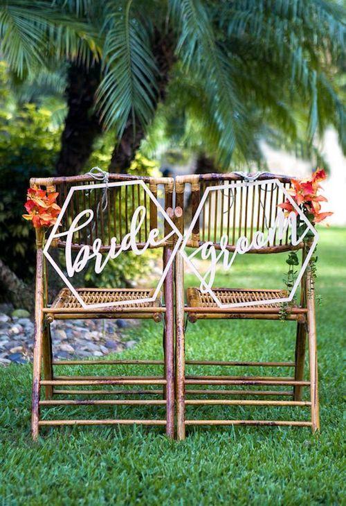 Modernos letreros geométricos de novia y novio en madera para la decoración de tus sillas de bodas.