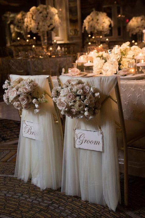 Boda romántica y elegante y sillas para los novios decoradas a todo vapor. El peso de la organza de seda le otorga una caída perfecta al respaldar de las sillas.
