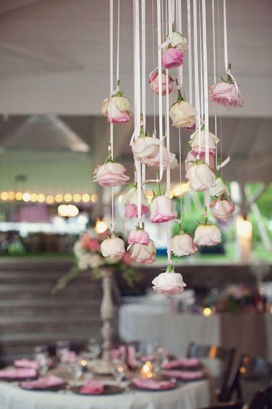 Distingue la mesa de los novios del resto de las mesas con rosas que cuelgan de cintillas o lazos de seda. Se adapta muy bien a la temática vintage.
