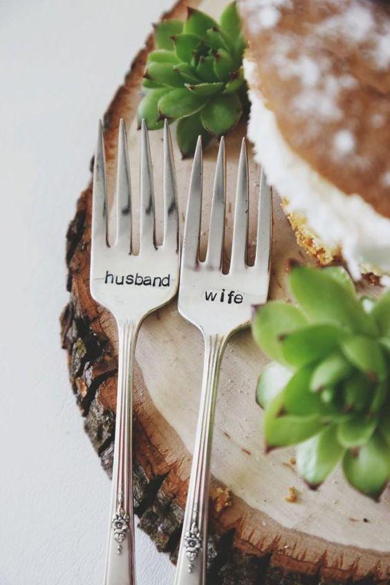 Detalles infaltables en tu boda: tenedores personalizados.
