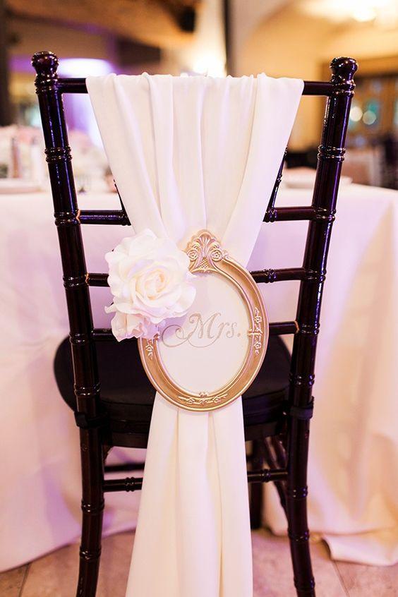 """Amor a primera vista. Un marco de retrato vintage glam con la leyenda """"Mrs."""" y una flor de seda. Una manualidad de boda muy sencilla de hacer. De urqud linen."""