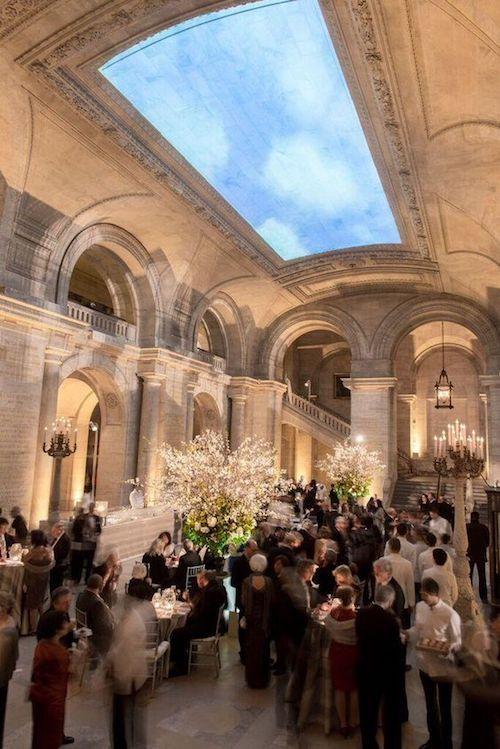 ¿Celebrarás tus nupcias en un lugar único como la biblioteca de New York? ¿Cómo impacta esa elección los elementos de tu boda?