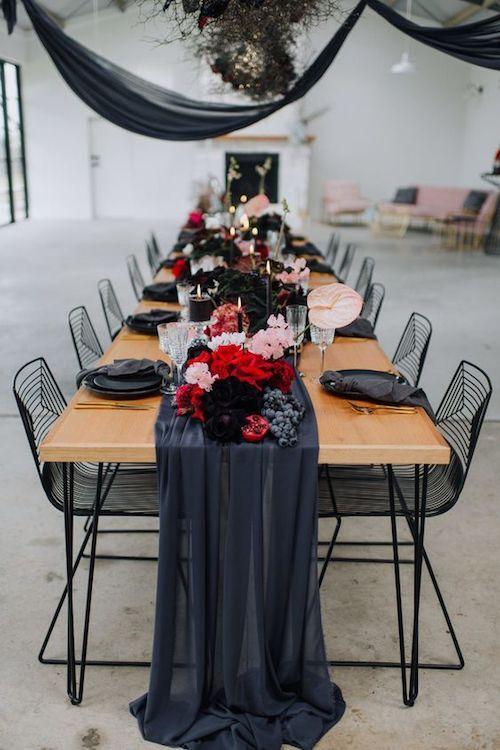 Si eres una novia poco convencional, considera esta rica inspiración para una boda industrial. Un vestido de novia con estampado floral, un letrero moderno de neón y una araña de ramas secas como detalles creativos.