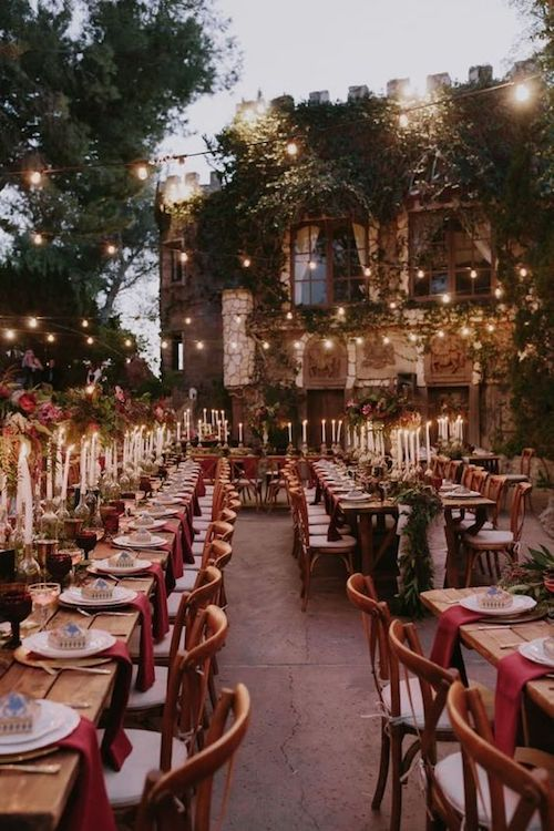 Las bodas temáticas nunca dejan de asombrar a los invitados. Incorpora la magia de Harry Potter en la tuya.
