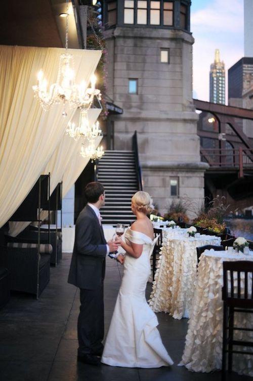 Glam y elegante con dorado en los manteles de mesa en el River Roast Chicago. Foto: Erica Rose Photography.