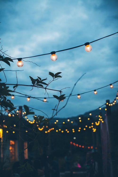 Las fotografías de bodas al aire libre al atardecer tienen una cierta magia, ¿verdad?