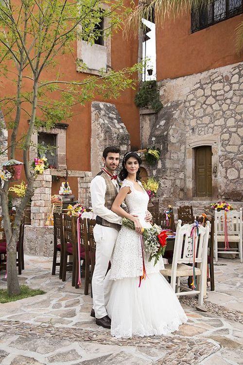 Incorpora la tradición en tu vestido de novia en un lugar de bodas que acompañe el estilo. Foto via Pinterest.