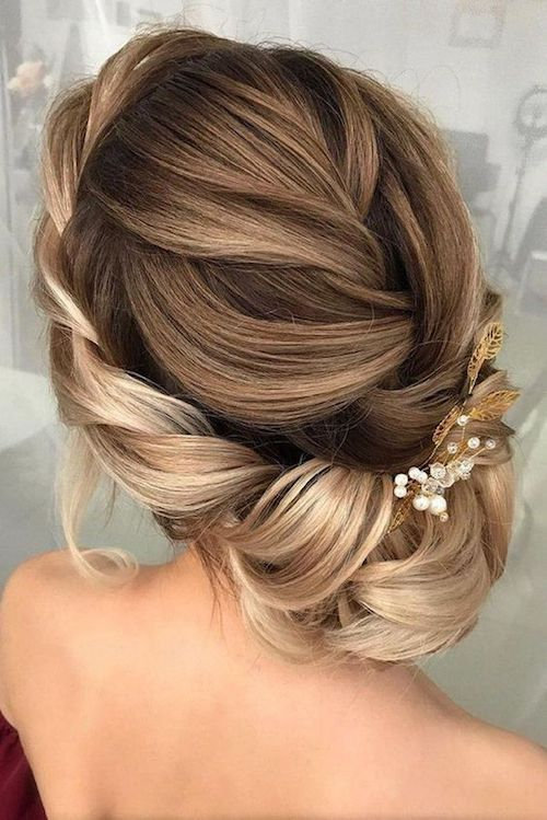 Stunning loose updo bun hairstyle for brides.