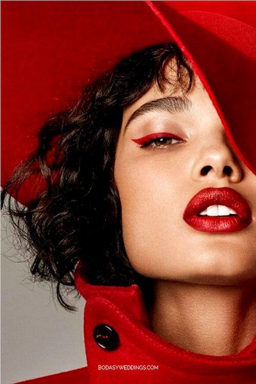 Anímate a un maquillaje al tono con tu ropa. Ese delineador y lápiz labial alucinan.