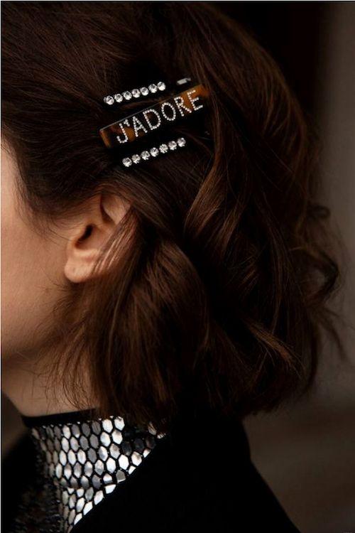 Muestra tu glamour con un peinado con accesorios en tendencia de viennawedekind.