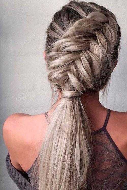 ¿Estás buscando un peinado original y moderno para ir a una boda? Que tal esta coleta baja con trenzas de glaminati.