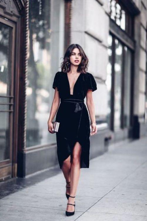 Si te invitan a una boda, es hora de pensar en lo que te vas a poner. Algo como este vestido de terciopelo negro.