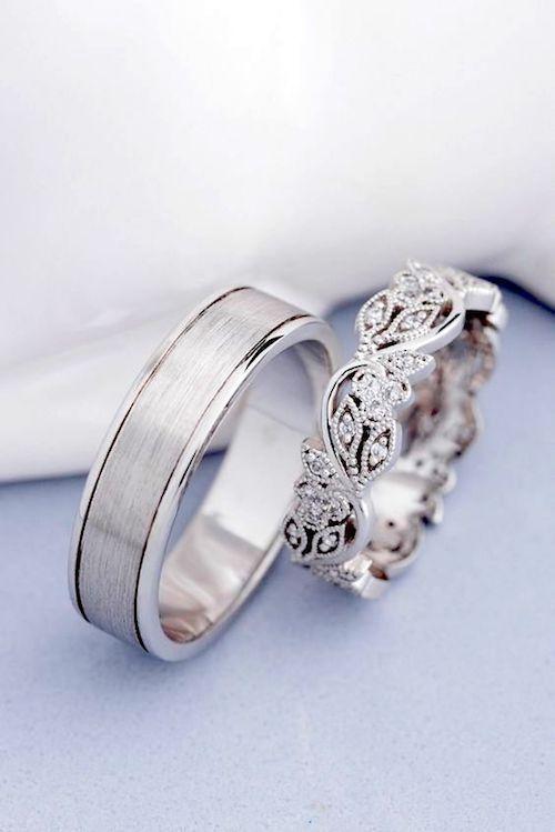 Alianzas de boda de oro blanco. Elegante y delicado para la novia y mate cepillada para el novio de Jewelry Escorial.