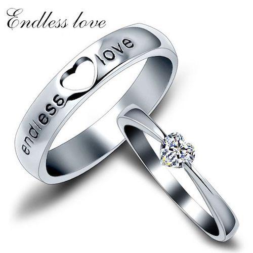 Anillo de boda y compromiso juntos en plata 925 con diamante en forma de corazón.