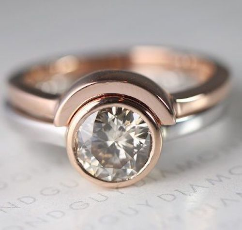 Crea un anillo de bodas y compromiso juntos tan único como tu amor.