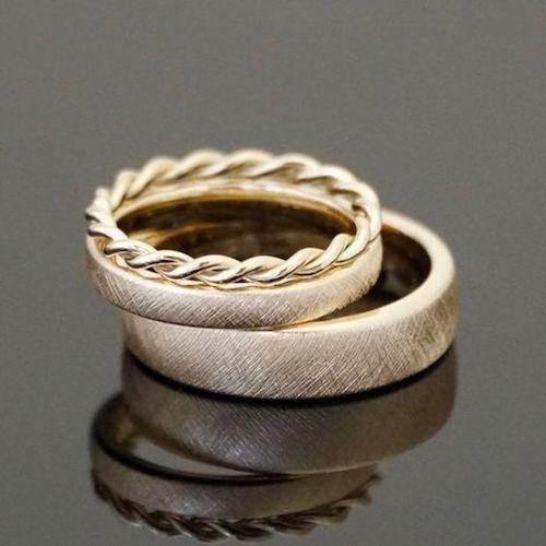 Encantadores anillos de boda estilo vintage boho con acabado efecto hielo. El de ella complementado con un delicado anillo de cordón. Una creación de Mein Lieblings ring en Hanau, Alemania.