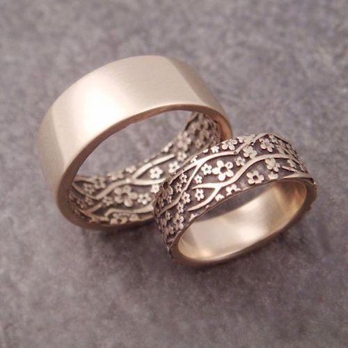 Si ella prefiere un anillo audaz y el quiere algo más sutil pero ambos quieren anillos que combinen por Down to the Wire Designs en Seattle, Washington.