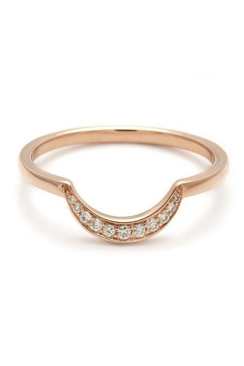 Muy fácil de encastrar con un solitario, un anillo tipo bezel redondo y hasta un vintage con diamante ovalado. Banda de Luna Nueva de oro rosa y diamantes blancos por Anna Sheffield.