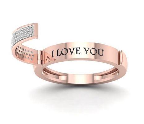 """Da el si sin lugar a dudas y con un anillo ultra brillante. Argolla de matrimonio con diamantes en pave que se abre desde el centro exponiendo el mensaje grabado """"Te quiero"""""""