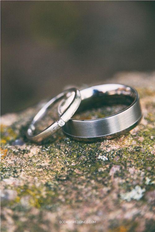 Bandas de platino. La de ella estilo tensión con delicado diamante. Foto: BYW.