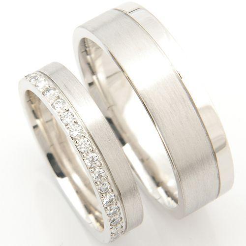 Hermoso y elegante par de anillos de boda de platino, ambos con acabado matte, uno con una banda de diamantes y otro con un acabado satinado creados por Form Bespoke Jewelers.