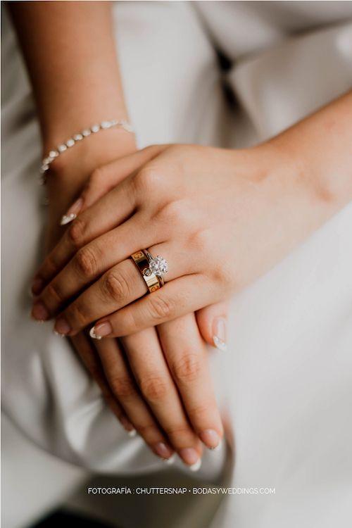 ¿Cuál es el orden de los anillos de boda y de compromiso y debo llevarlo puesto el día de la boda? Foto: chuttersnap/ BYW