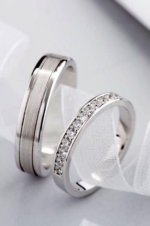 Hermoso par de alianzas de oro blanco con diamantes en el anillo de la novia de Jewelry Escorial.